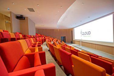L'auditorium du centre de conférences Le Cloud géré par Sodexo