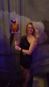 Jeune femme tenant un perroquet lors de l'inauguration de l'Hôtel Kolinski